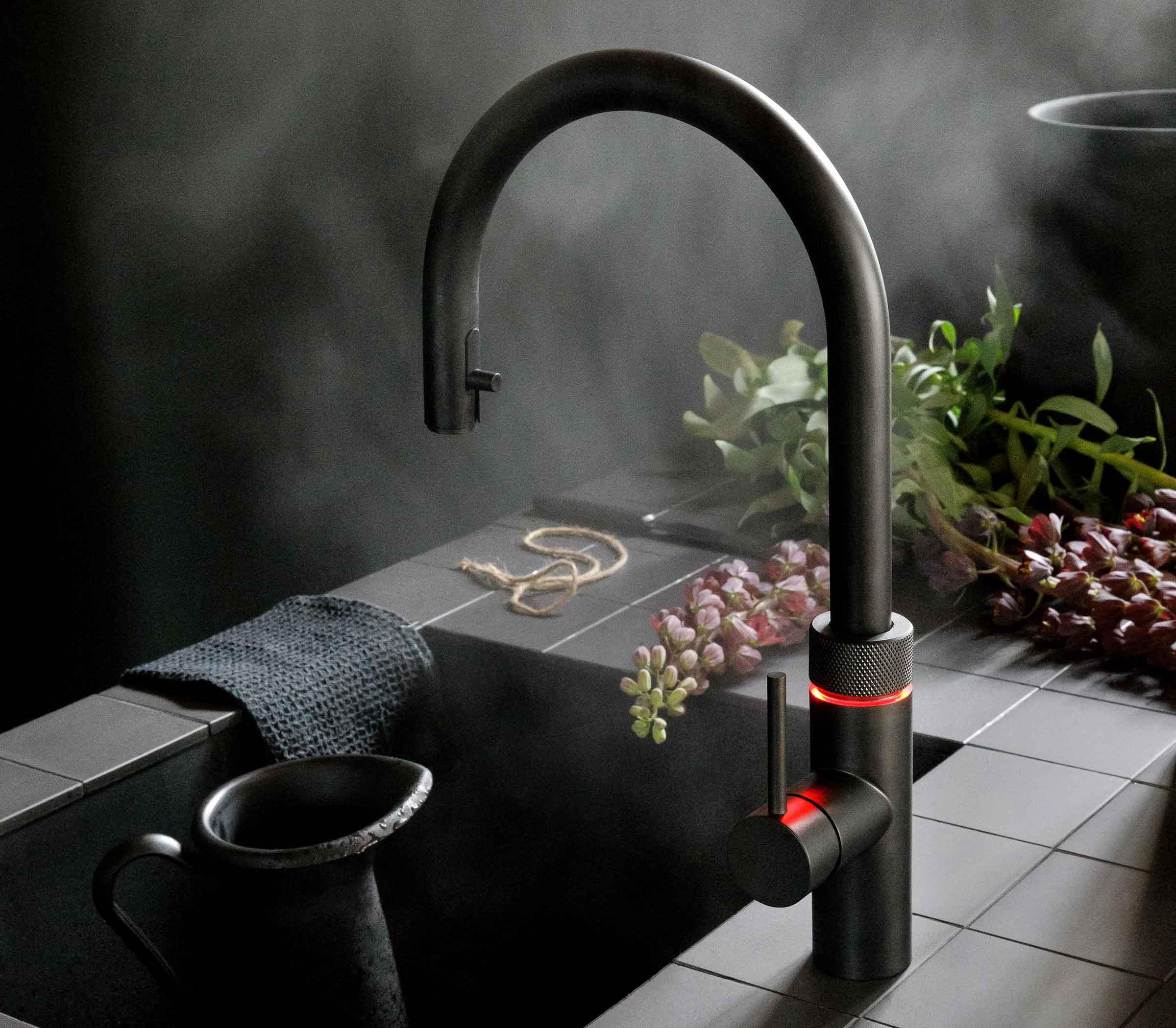 Quooker Flex in schwarz in Küche montiert